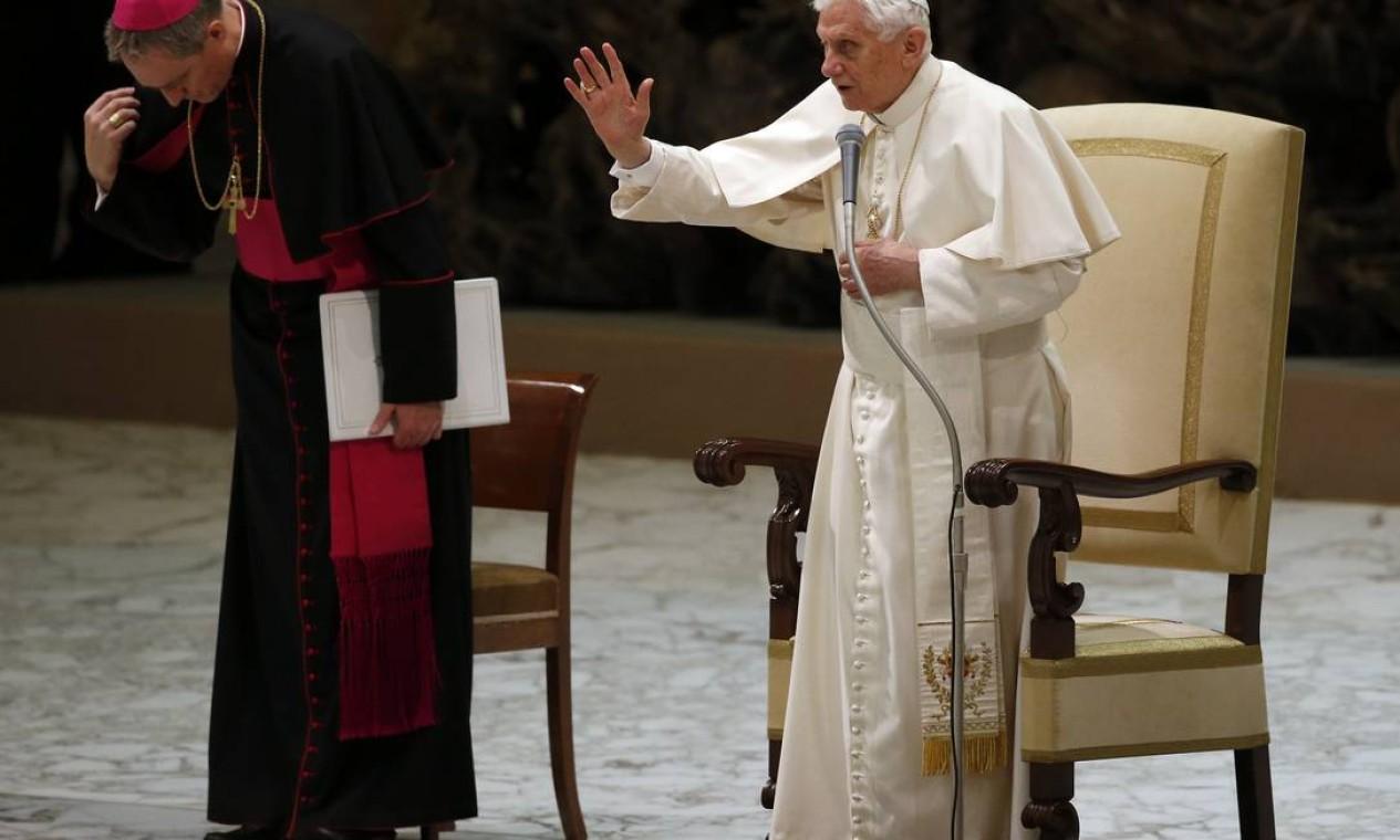 Papa Bento XVI realiza primeira audiência no Vaticano após anúncio de que vai abandonar o cargo Foto: STEFANO RELLANDINI / REUTERS