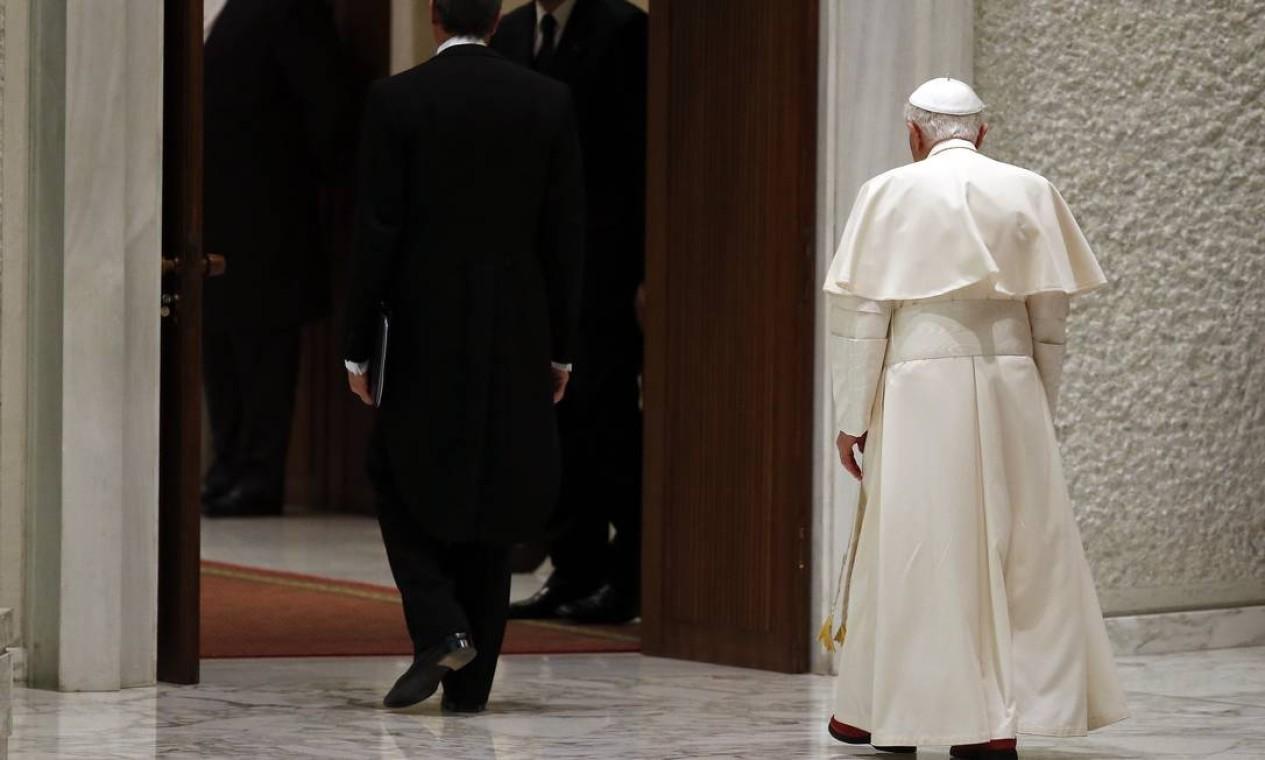 """Bento XVI deixa o salão da audiência, depois de agradecer """"o amor e o carinho dos fiéis"""" Foto: STEFANO RELLANDINI / REUTERS"""