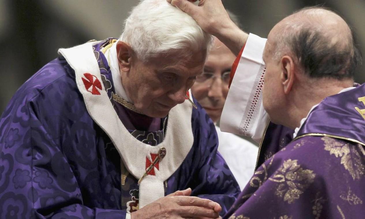 Cardeal abençoa o Papa com cinzas, diante de milhares de pessoas Foto: ALESSANDRO BIANCHI / Reuters
