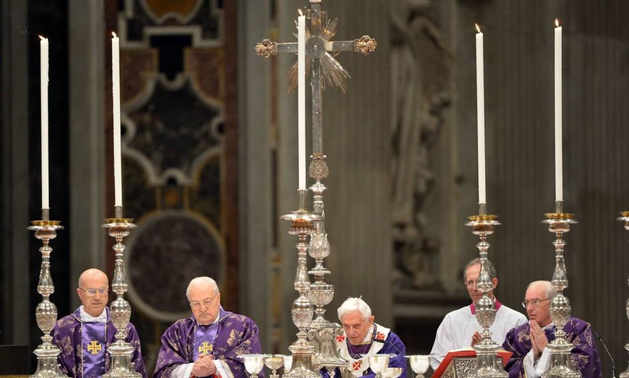 O Papa entre os cardeais Tarcisio Bertone e Angelo Sodano: Homilia fez menção a divisões eclesiásticas Foto: VINCENZO PINTO / AFP