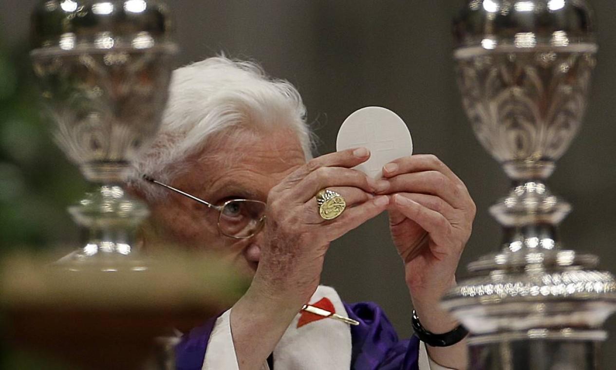 Bento XVI na celebração da Comunhão: renúncia marcada para o dia 28 de fevereiro Foto: Gregorio Borgia / AP