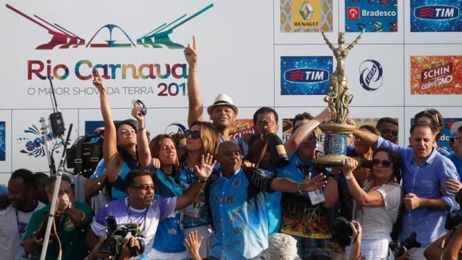 A diretoria da Vila Isabel ergue o troféu de campeã do carnaval 2013 Foto: Pedro Kirilos / O Globo