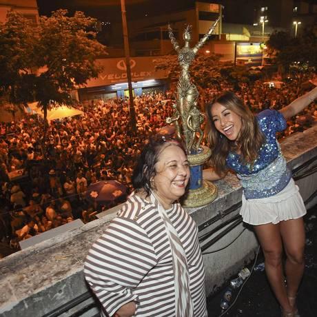 Rainha da bateria da Vila Isabel, Sabrina Sato posa ao lado da carnavalesca Rosa Magalhães e da taça de campeã do carnaval 2013, na quadra da escola, na Zona Norte Foto: Alexandre Cassiano / O Globo