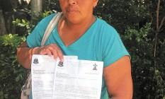 Kátia Quitéria de Oliveira reclama da burocracia para internar o filho e ainda não conseguiu uma solução Foto: Gustavo Uribe / O Globo