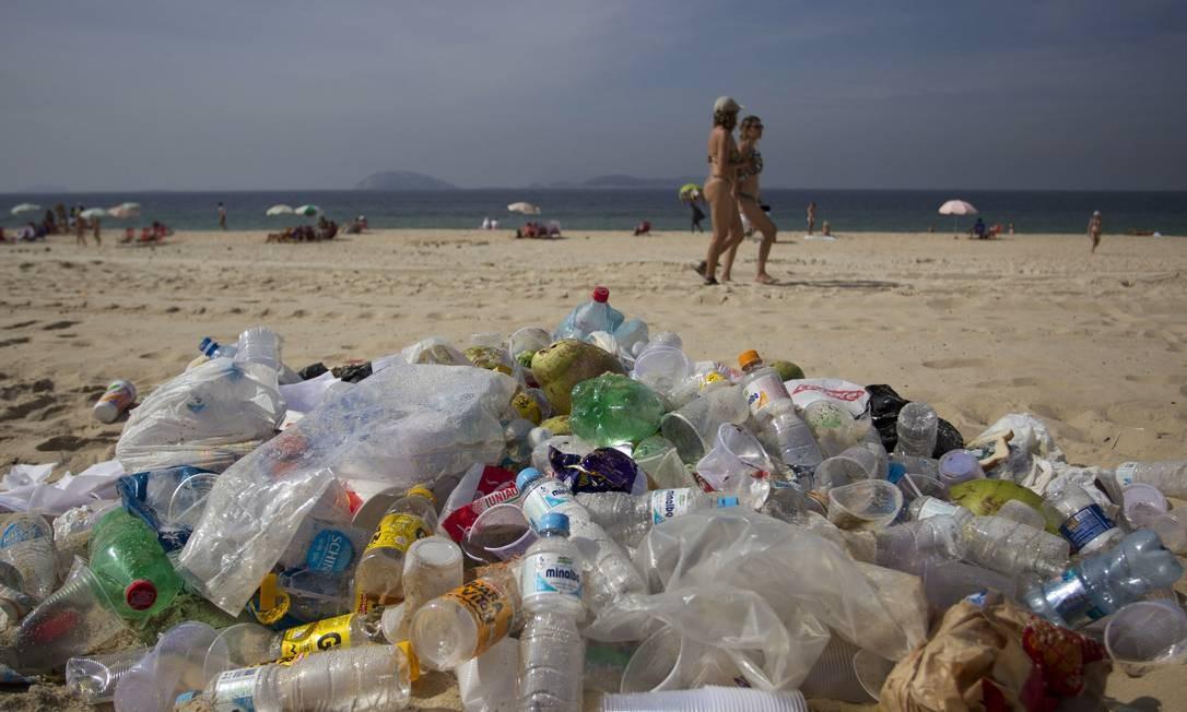Lixo acumulado na Praia de Ipanema dois dias após o fim do carnaval Foto: Márcia Foletto / Agência O Globo