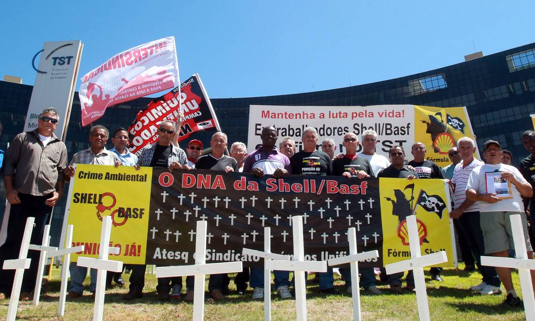 Ex-trabalhadores da Shell do Brasil e Basf fazem manifestação em frente ao Tribunal Superior do Trabalho em Brasília Foto: Givaldo Barbosa / Agência O Globo