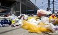 Pós-folia. Lixo e restos de fantasias ainda não foram recolhidos das imediações do Sambódromo após os desfiles