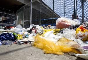 Pós-folia. Lixo e restos de fantasias ainda não foram recolhidos das imediações do Sambódromo após os desfiles Foto: Márcia Foletto / O Globo