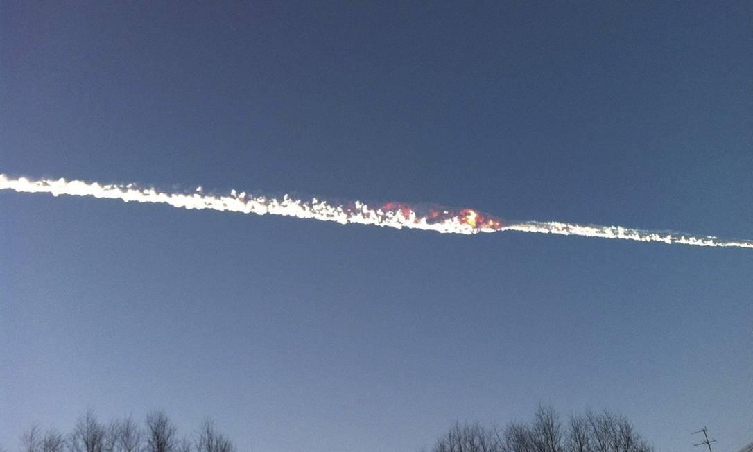 Rastro de fogo e fumaça no céu após a queda de um meteoro na região dos Montes Urais, na Rússia, nesta sexta-feira Foto: HANDOUT / REUTERS