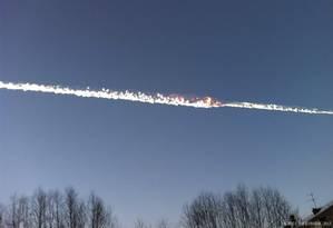 Rastro de fogo e fumaça no céu após a queda de um meteoro na região dos Montes Urais, na Rússia, nesta sexta-feira Foto: REUTERS