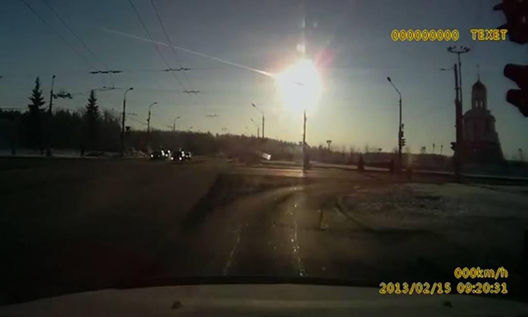 Morador de Kamensk-Uralsky flagra rastro do meteoro que caiu na Rússia nesta sexta-feira. Foto: REUTERS TV / REUTERS
