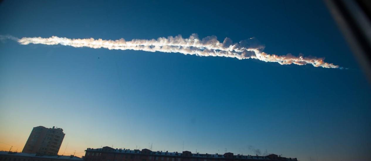 Rastro do meteoro que caiu na Rússia nesta sexta-feira visto do céu de Chelyabinsk, na região dos Montes Urais Foto: Yekaterina Pustynnikova / AP