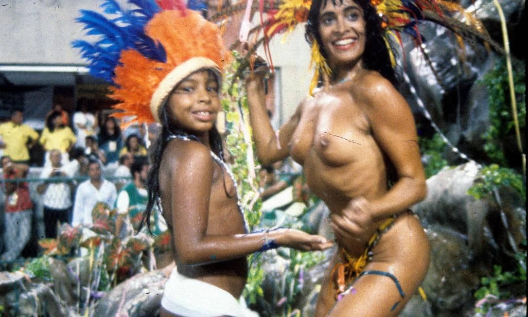 """25.02.1990 - Cezar Loureiro - RI - Desfile da Escola de Samba """"Unidos de Vila Isabel"""", com o enredo """"Se Esta Terra, Se Esta Terra Fosse Minha"""": modelo Enoli Lara - Cromo 90-2119 Cezar Loureiro / Arquivo O Globo"""