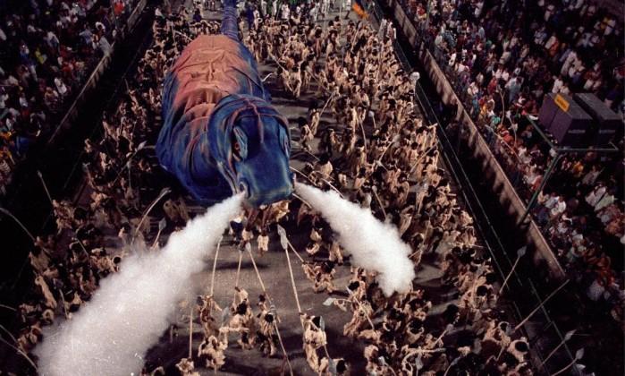 """25.02.1990 - Otávio Magalhães - RI - Desfile da escola de Samba """"Beija-Flor de Nilópolis"""", com o enredo """"Todo Mundo Nasceu Nu"""": carro abre-alas - Negativo 90-2652 Otávio Magalhães / Arquivo O Globo"""