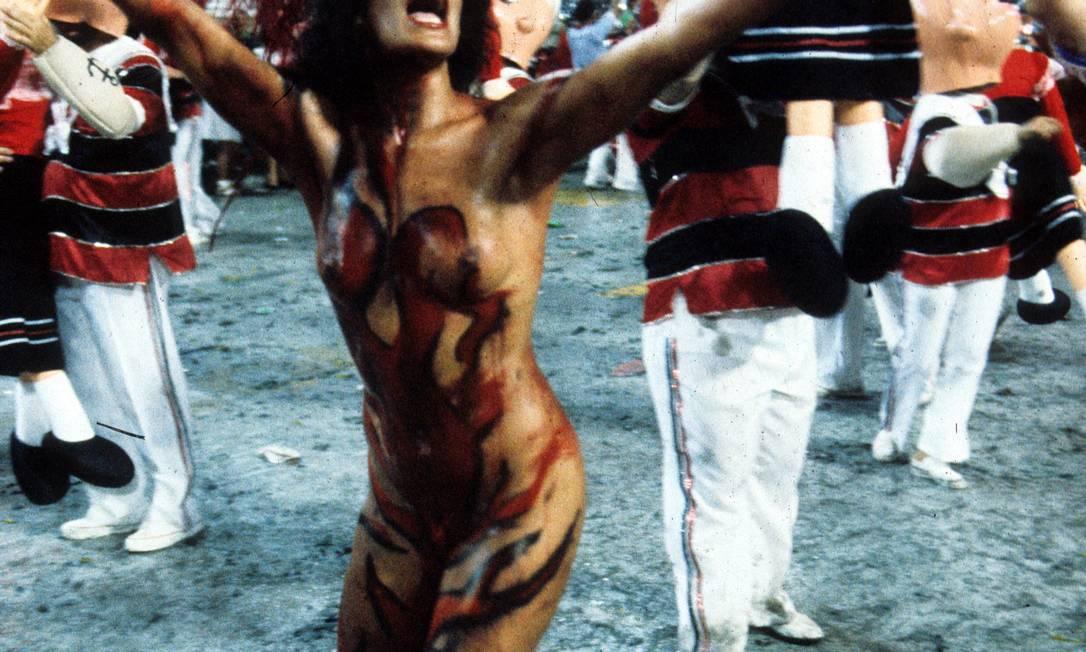 """14.02.1988 - Cezar Loureiro - RI - Desfile da Escola de Samba """"União da Ilha do Governador"""", com o enredo """"Aquarilha do Brasil"""": modelo Enoli Lara - Cromo 88-0469 Cezar Loureiro / Arquivo O Globo"""
