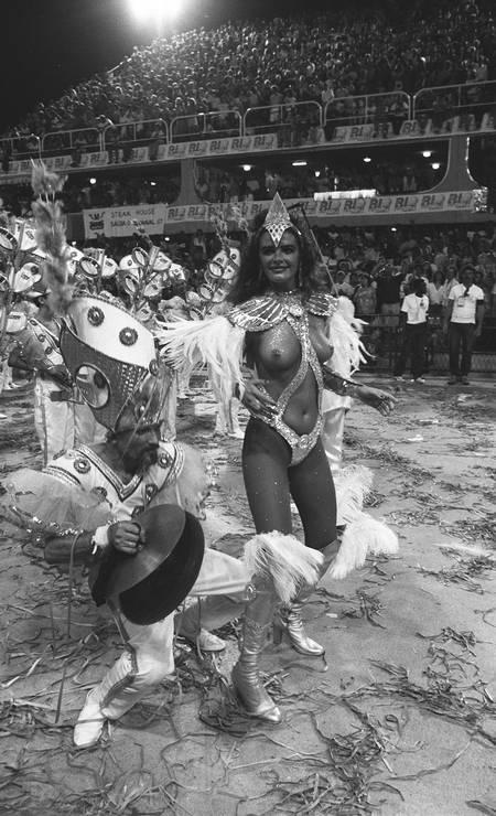 Antes da proibição da nudez completa no carnaval, a modelo Luma de Oliveira chamou atenção com os seios de fora durante o desfile da Caprichosos de Pilares em 02/03/1987 Foto: Cezar Loureiro / Arquivo O Globo