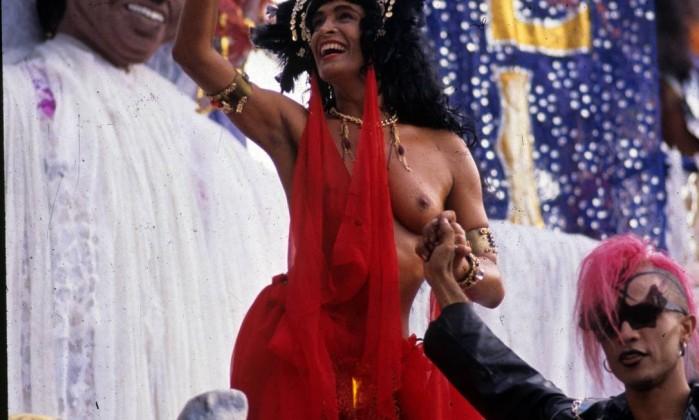 """26.02.1990 - J. Pereira - RI - Desfile da Escola de Samba """"União da Ilha do Governador"""", com o enredo """"Sonhar com Rei Dá João"""": modelo Enoli Lara - Cromo 90-2110 J. Pereira / Arquivo O Globo"""