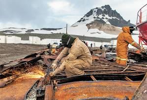 Militares desmontam os escombros da antiga estação incendiada Foto: Daniela Dacorso / Daniela Dacorso