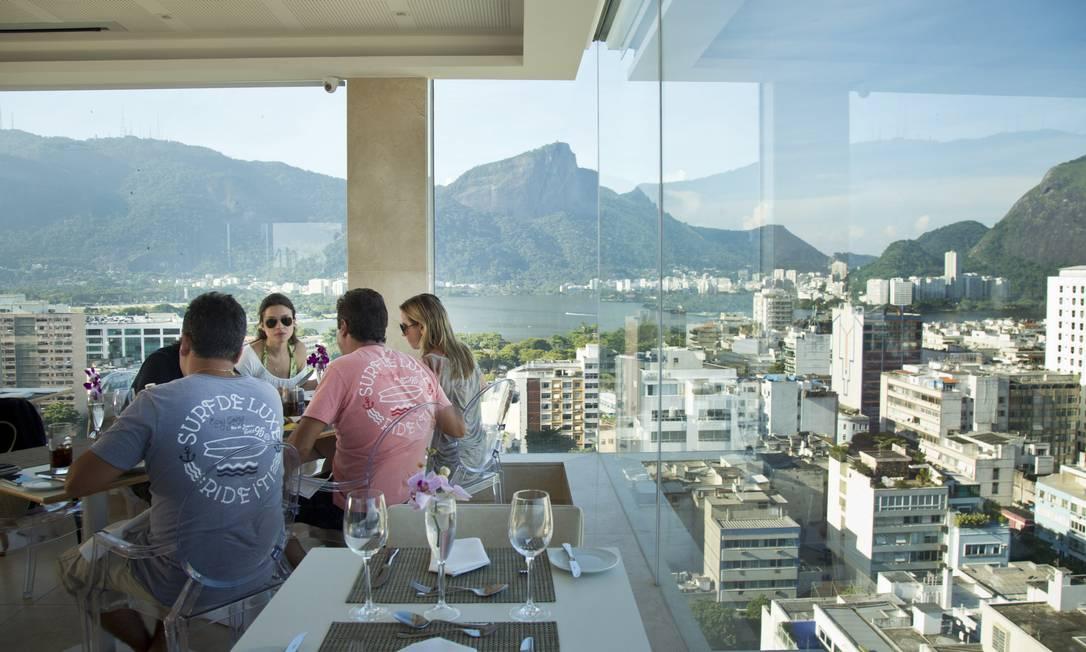 O 7zero6, que fica no 16º andar do hotel Praia Ipanema, é todo de vidro e também tem vista para a Lagoa Rodrigo de Freitas Agência O Globo / Mônica Imbuzeiro