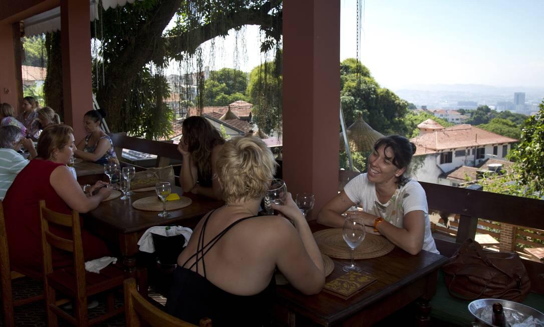 Frequentadores do Aprazível, em Santa Teresa, são presenteados por vista deslumbrante: no primeiro plano o casario e o verde do bairro Agência O Globo / Mônica Imbuzeiro