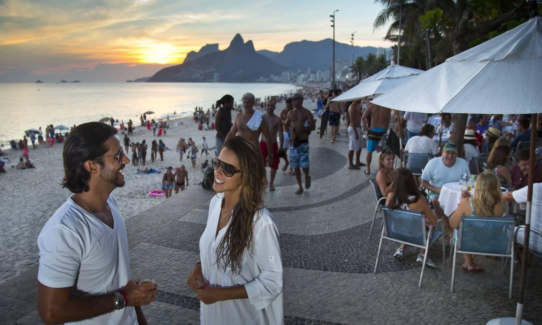 O casal Artur Fernandes e Marcella Fogaça tomam uma cerveja no pôr do sol do Arpoador e, de quebra, do restaurante Azul Marinho Agência O Globo / Mônica Imbuzeiro