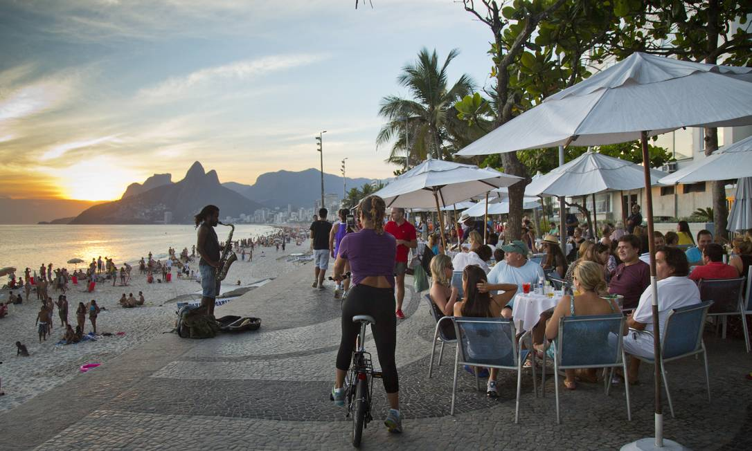 Assistir ao pôr do sol e ver a vida passar das mesinhas do Azul Marinho é programa de cariocas e turistas Agência O Globo / Mônica Imbuzeiro