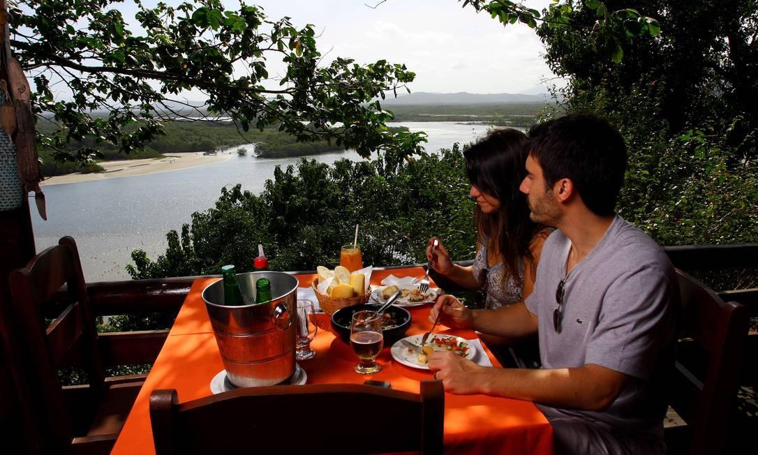 Um casal degusta as delícias do restaurante Bira de Guaratiba e a paisagem selvagem da Restinga da Marambaia Foto: Agência O Globo / Rafael Moraes