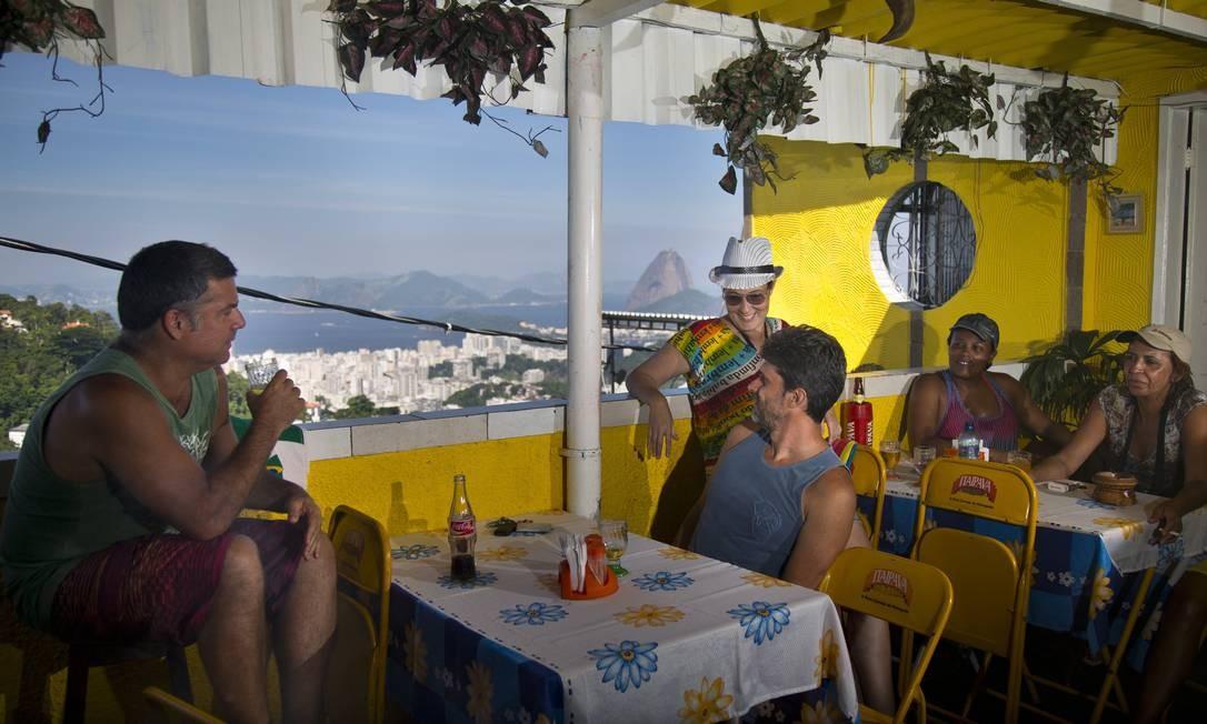 Visual de cartão postal no Bar do Tino, no Morro dos Prazeres, onde o clima é descontraído e o frango no bafo uma ótima pedida Foto: Agência O Globo / Mônica Imbuzeiro