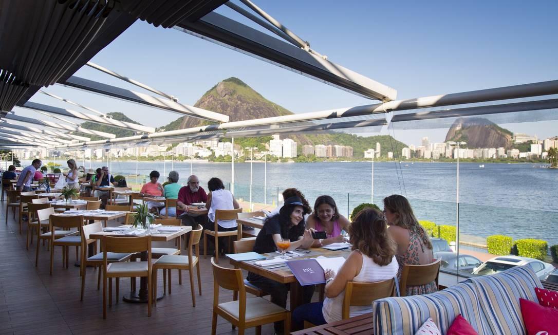 O varandão do Centro Gastronômico Lagoon tem vista panorâmica para a Lagoa Rodrigo de Freitas Foto: Agência O Globo / Mônica Imbuzeiro