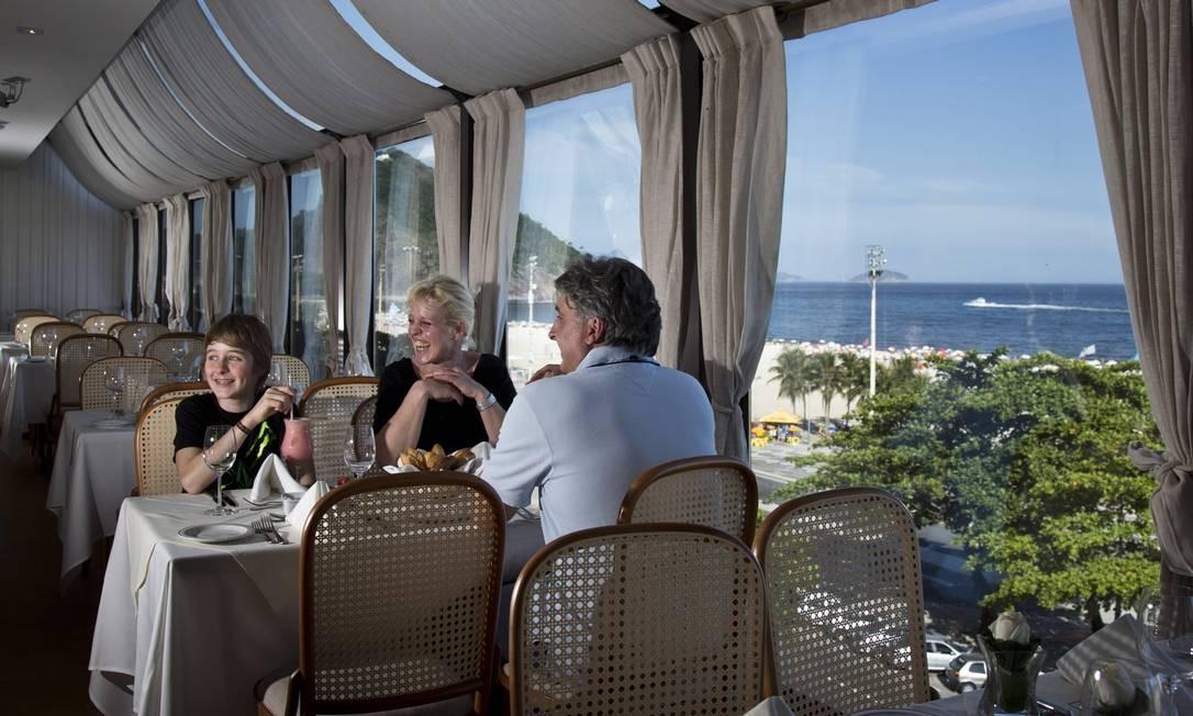 Família alemã numa das mesas do The View, cujo nome já diz tudo: vista do Leme ao Forte de Copacabana Agência O Globo / Mônica Imbuzeiro