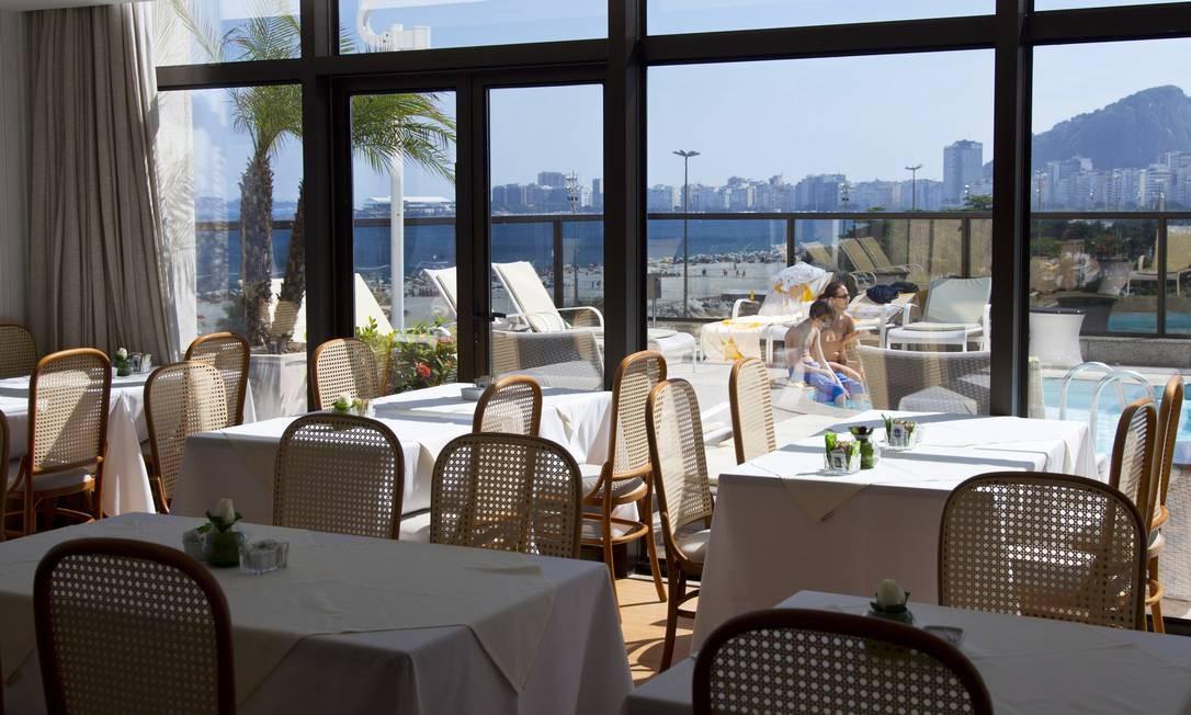 Um ângulo da paisagem do The View, no hotel Windsor Atlântica: restaurante fica debruçado sobre a Praia do Leme Foto: Agência O Globo / Mônica Imbuzeiro