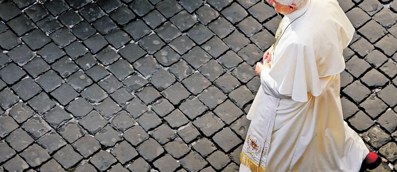 Transição. Bento XVI caminha após sua audiência no Vaticano na quarta-feira: seu sucessor vai herdar uma série de desafios e problemas que o Papa atual não conseguiu resolver, desde escândalos na Igreja à disputas internas por poder na Cúria de Roma Foto: Tony Gentile/Reuters