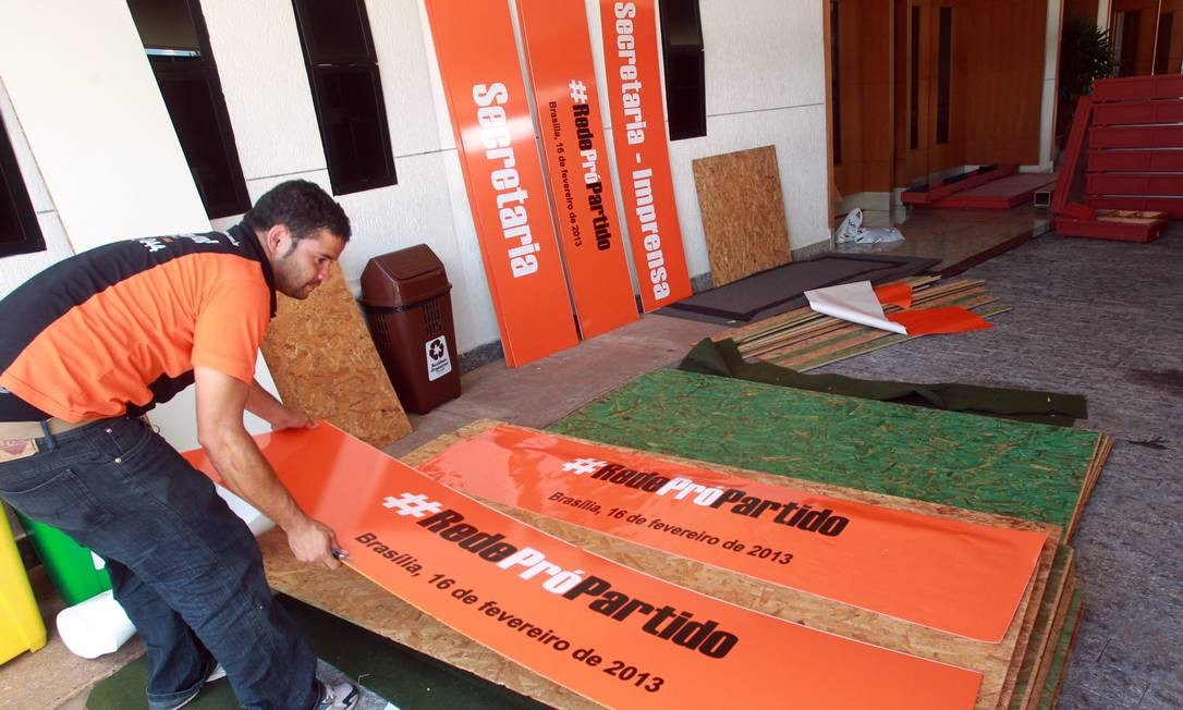 Operário trabalha nos preparativos para a reunião de criação do novo partido da ex-senadora Marina Silva Foto: Givaldo Barbosa / Agência O Globo