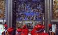 Foto de arquivo mostra cardeais entrando na Capela Sistina para o início do conclave que elegeria Bento XVI