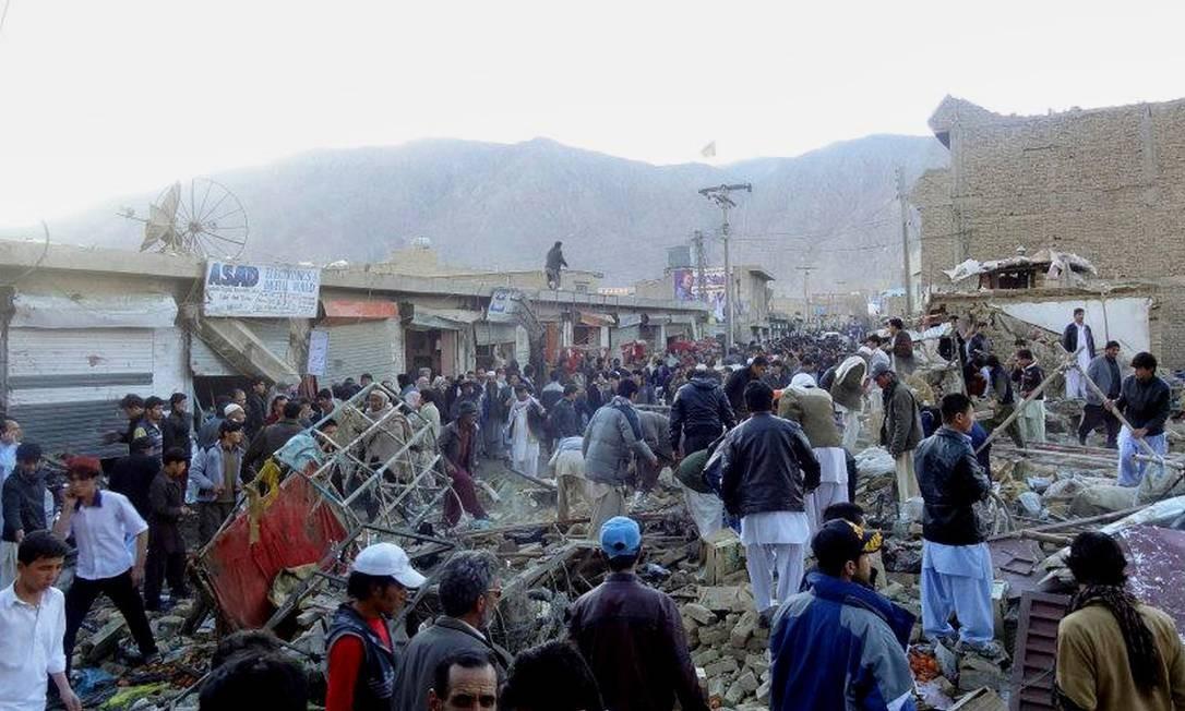 Pessoas se reúnem no local onde uma bomba explodiu neste sábado, na cidade de Quetta, no Paquistão, matando mais de 60 pessoas Foto: STR / AFP