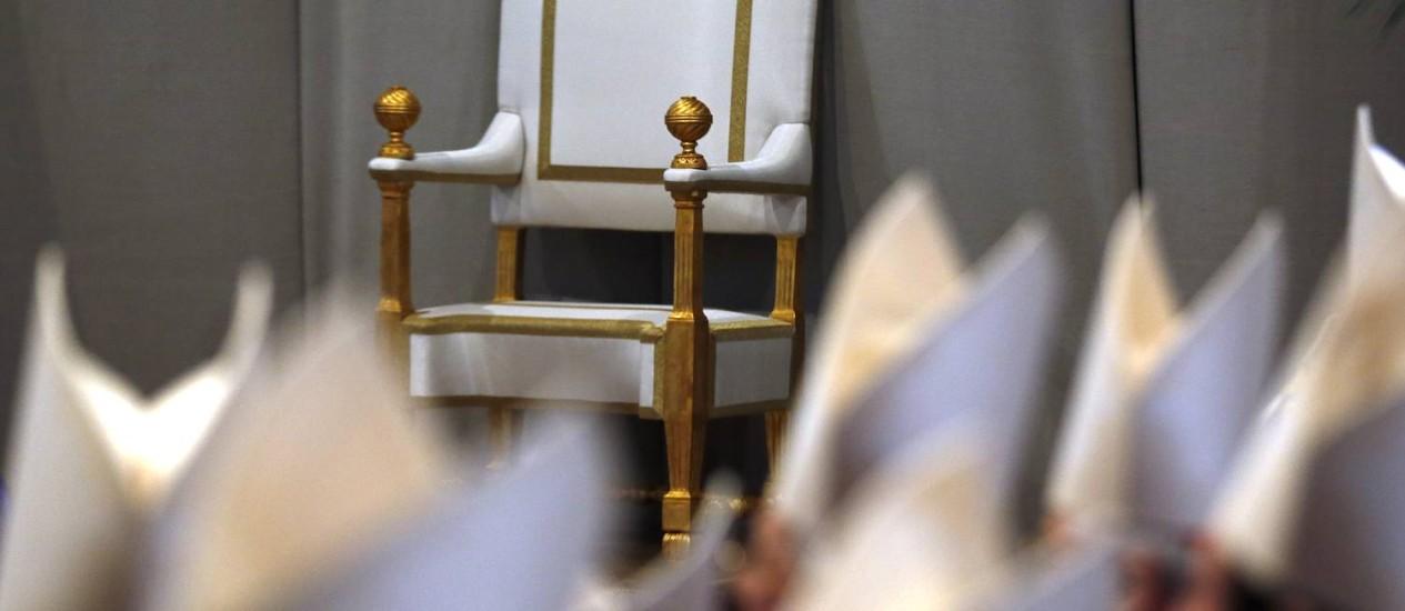 A cadeira do Papa Bento XVI aparece vaga na Basílica de São Pedro logo antes da missa da Quarta-Feira de Cinzas: disputa pelo novo ocupante do cargo expõe isolamento do Pontífice e brigas internas Foto: AP/13-2-2013