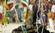 Porta-bandeira da Grande Rio com a cor do petróleo. A escola abriu os desfiles na noite deste sábado