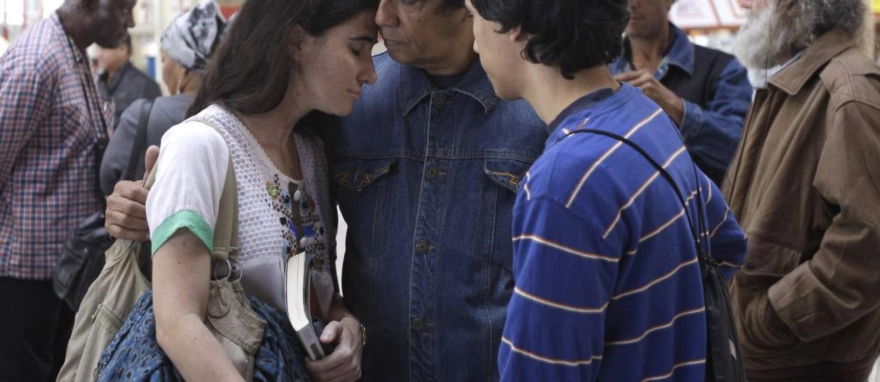 Yoanis se despede do marido, Reinaldo Escobar, e do filho Teo Foto: AP