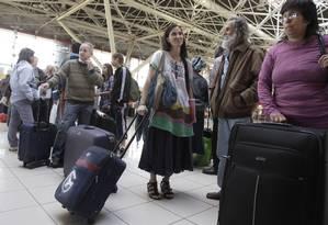 A dissidente e blogueira cubana Yoani Sánchez aguarda na fila para fazer o check-in no Aeroporto Internacional de Havana, para dar início a sua viagem de 80 dias por 12 países, incluindo o Brasil. Foto: AP