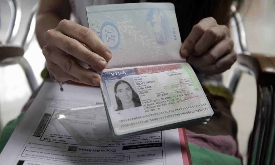 Yoani mostra seu passaporte, recebido em 31 de janeiro deste ano, depois da entrada em vigor de uma nova lei migratória após anos de impossibilidade de viajar por não conseguir a permissão de saída exigida pelo governo Foto: AP