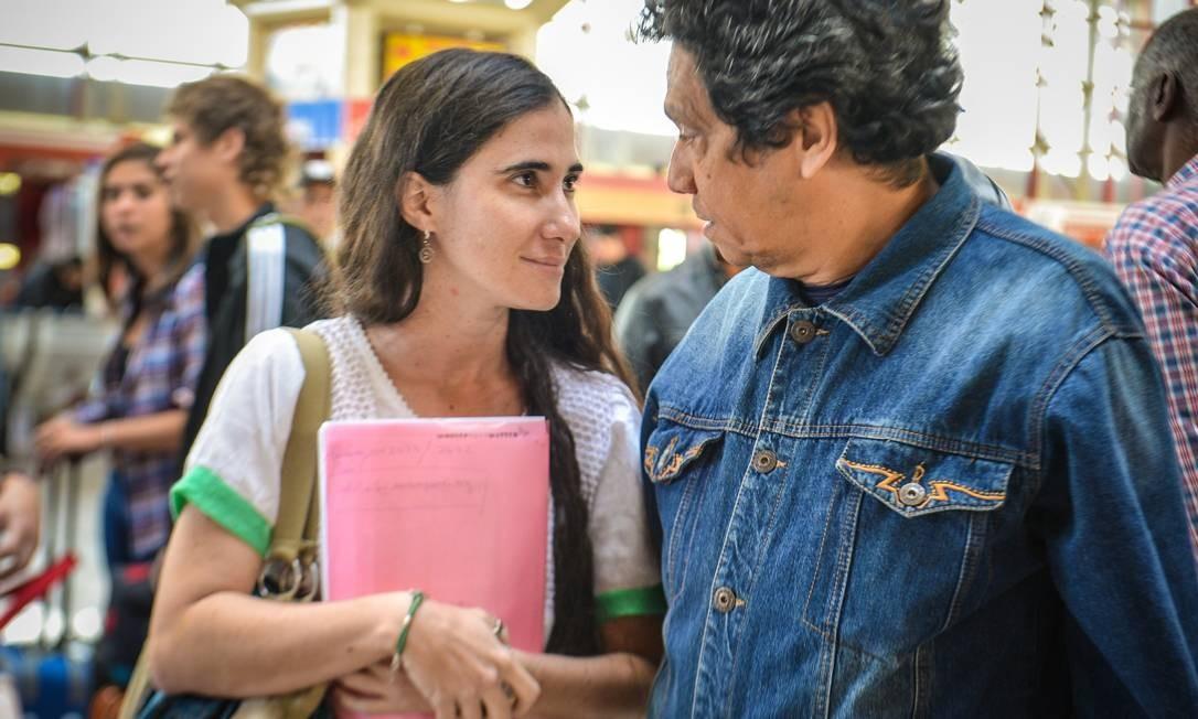 Yoani convesa com o marido, o ativista Reinaldo Escobar, antes de embarcar para uma viagem de 80 dias ao exterior. A primeira escala da dissidente cubana é o Brasil, onde deve desembarcar na madrugada de segunda-feira Foto: AFP