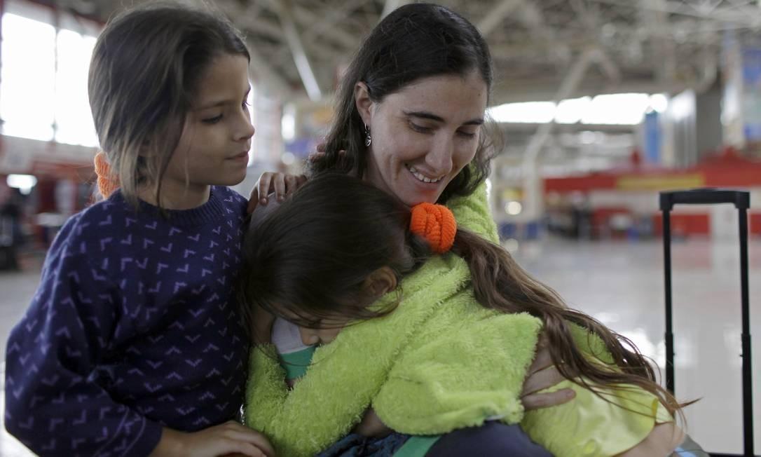 A dissidente cubana se despede das sobrinhas Yilianis (esq) e Elianis Diaz (dir) antes de embarcar no aeroporto de Havana Foto: Franklin Reyes / AP