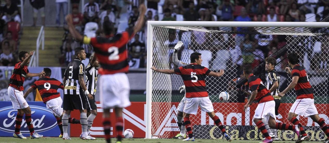Jogadores do Flamengo comemoram o gol de Hernane (9), logo aos três minutos do clássico contra o Botafogo Foto: Alexandre Cassiano / Agência O Globo