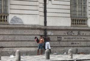 Mijão em rua do Centro durante desfile de bloco de rua Foto: Vera Araújo - 17.02.2013 / O Globo