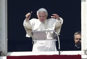 Bento XVI fala aos fiéis que se aglomeravam na Praça de São Pedro: penúltima aparição dominical atraiu mais de 50 mil pessoas ao Vaticano Foto: Tony Gentile/Reuters
