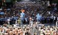 Ordem lá. A equipe do Monobloco controla o desfile que atraiu 500 mil pessoas à Rio Branco, sem registrar incidentes graves: Pedro Luís, ao microfone, orientava o público