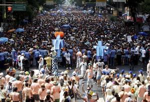 Ordem lá. A equipe do Monobloco controla o desfile que atraiu 500 mil pessoas à Rio Branco, sem registrar incidentes graves: Pedro Luís, ao microfone, orientava o público Foto: Gustavo Stephan / O Globo