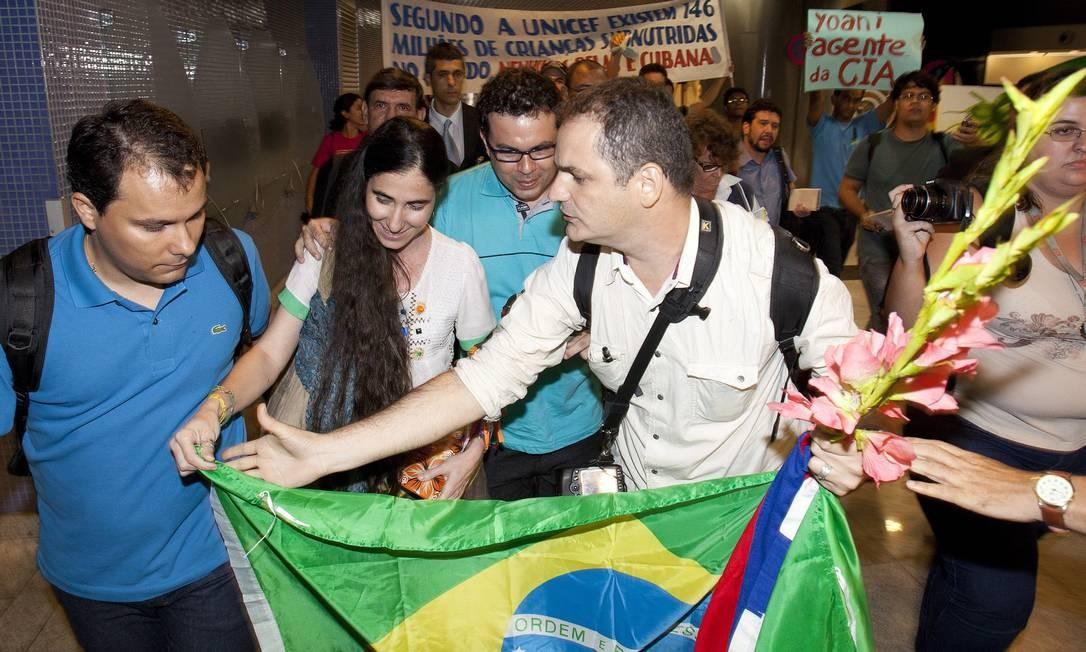 Yoani Sanchez foi recebida em Recife pelo documentarista Dado Galvão, em meio a protestos Foto: O Globo / Hans von Manteuffel
