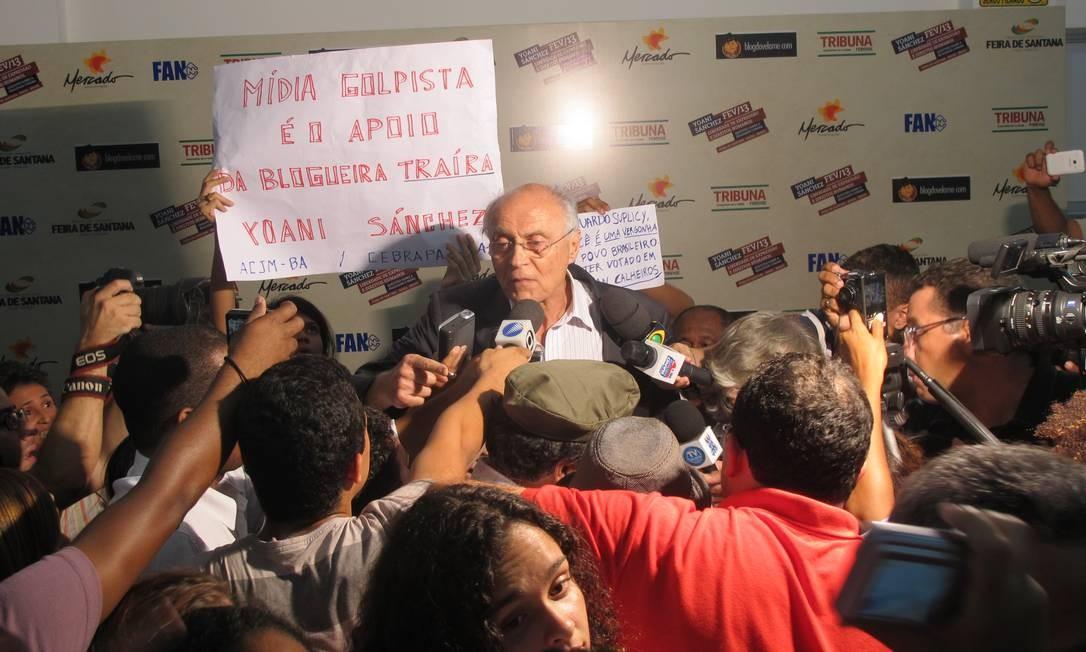 Senador Eduardo Suplicy (PT-SP) tenta conter manifestantes Foto: Flávio Tabak/Agência O Globo