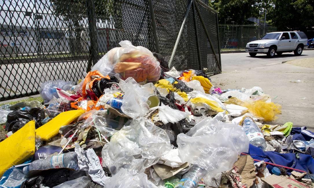 Fenômeno. Os detritos nas ruas foram resultado de uma mudança de comportamento dos foliões, diz prefeitura Foto: Márcia Foletto / O Globo
